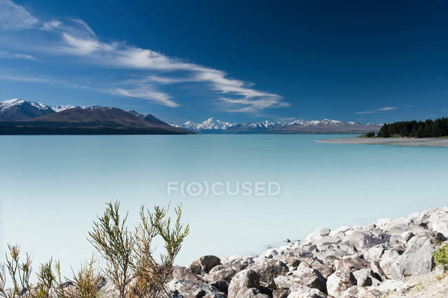 Still murky lake in landscape — Stock Photo