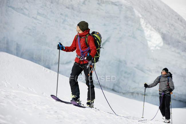 Mountaineers ski touring on snow-covered mountain, Saas Fee, Switzerland — Stock Photo