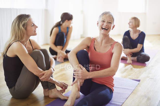 Vier Frauen sitzen in Pilates-Klasse auf dem Boden — Stockfoto