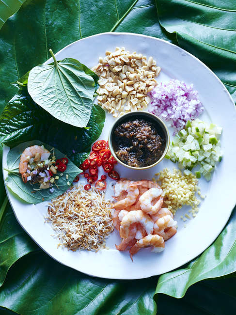 Vista superiore di ingredienti di kham Thai miang sulla piastra — Foto stock