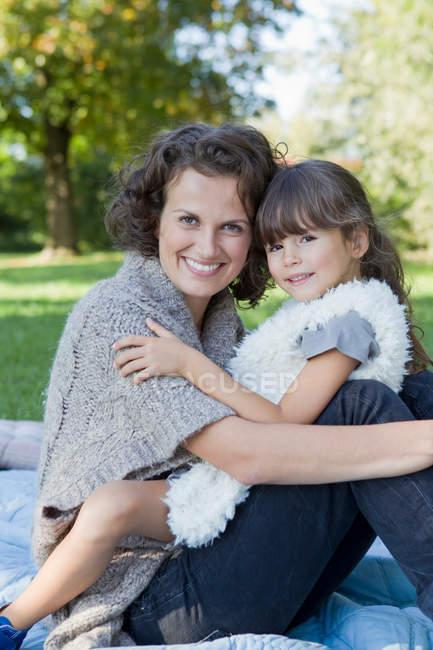Мать и дочь отдыхают на одеяле — стоковое фото