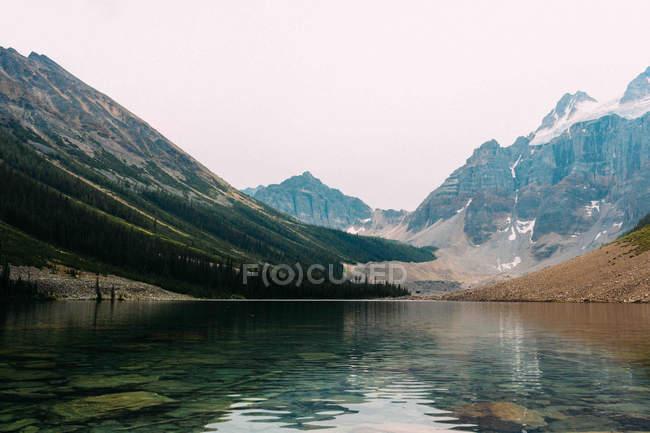 Озеро морени під snowcapped гірський хребет — стокове фото