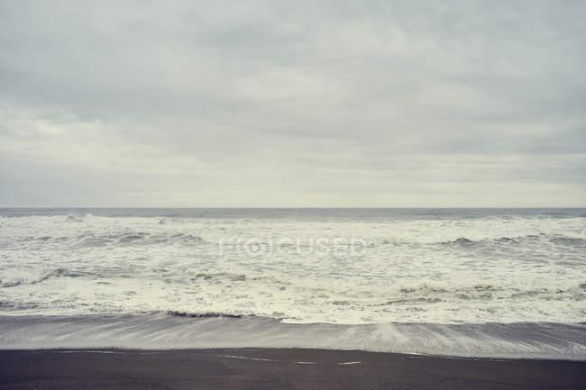 Surf хвиль під похмуре небо, Тринідад, штат Каліфорнія, США — стокове фото