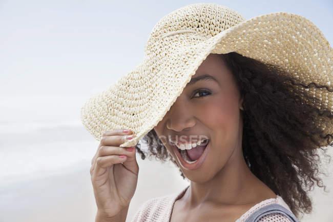 Jovem mulher na praia no dia ventoso — Fotografia de Stock