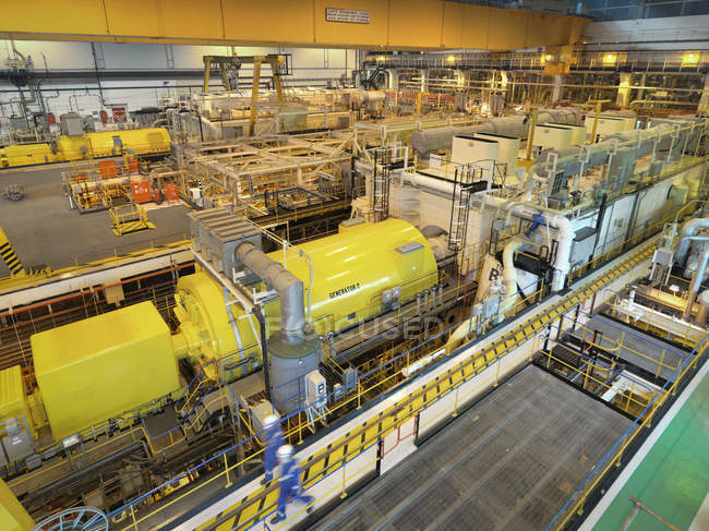 Рабочие в турбинном зале электростанции, высокий угол обзора — стоковое фото