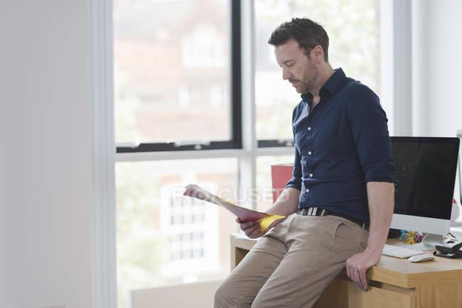 Людина розглядає і читання документи office вікна — стокове фото