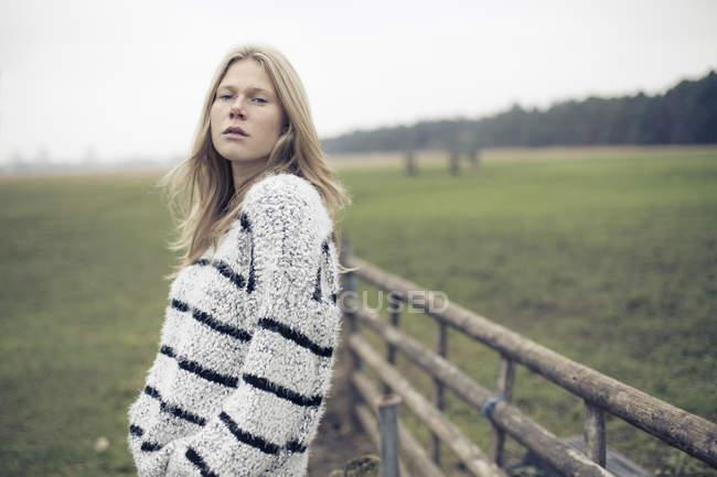 Retrato de mujer joven con pelo largo Rubio en campo rural - foto de stock