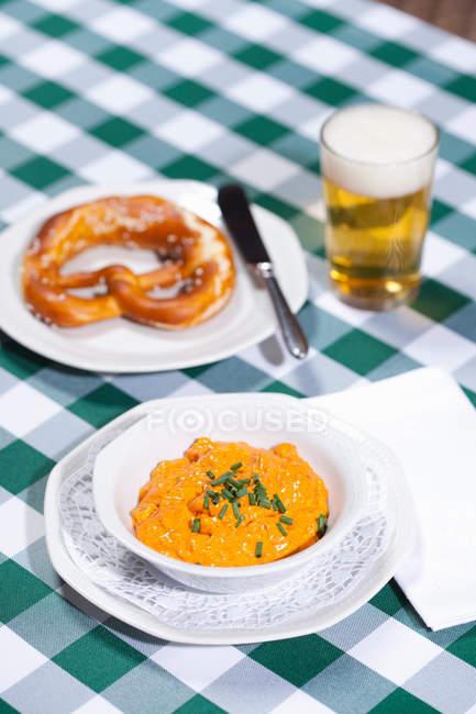 Сир суп з пивом і кренделі — стокове фото
