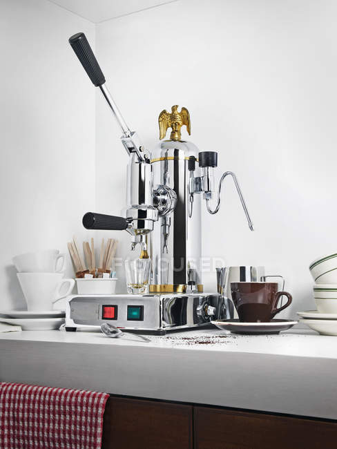 Coffee maker with cups for coffee on table — Stock Photo
