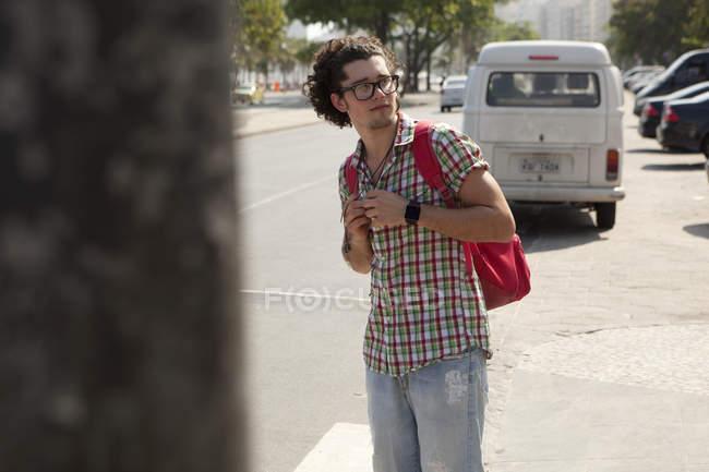Молодой турист смотрит через плечо, Копакабана, Рио-де-Жанейро, Бразилия — стоковое фото
