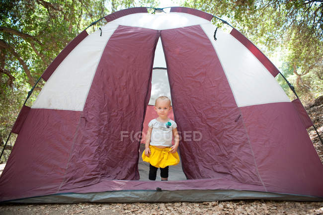 Junge weibliche Kleinkind in Zelt Tür — Stockfoto