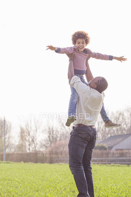Vater Sohn im Bereich anheben — Stockfoto