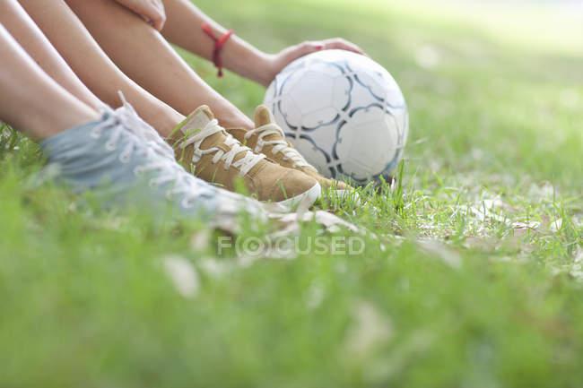 Куповані постріл молодий жіночої ніжкою і футбольний м'яч — стокове фото