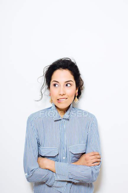 Портрет молодой женщины, кусая губу и глядя сбоку — стоковое фото