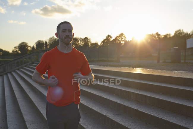 Молода людина, біг на дії. — стокове фото