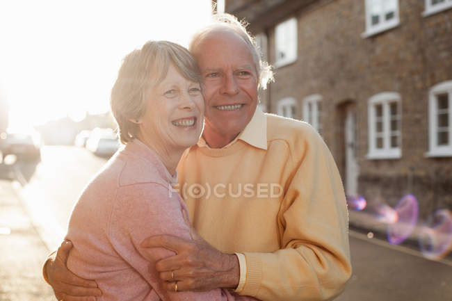 Husband and wife hugging on street — Stock Photo