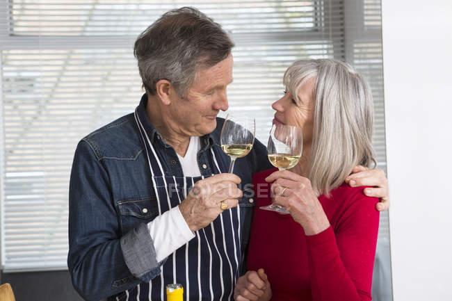 Paar prostet sich in Küche zu — Stockfoto