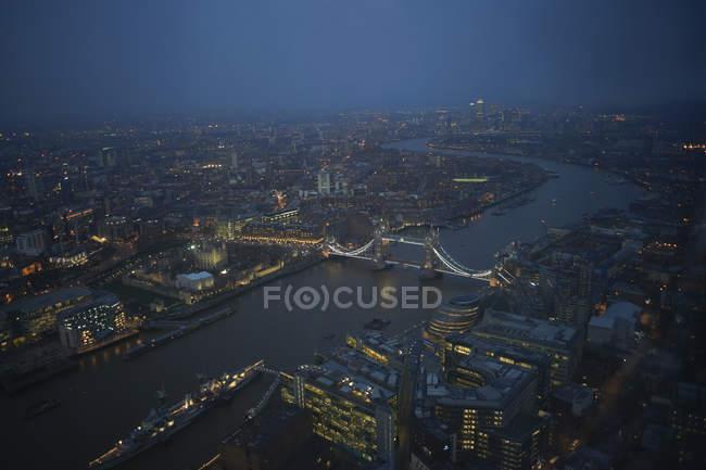 Fiume Tamigi e Tower bridge di notte — Foto stock