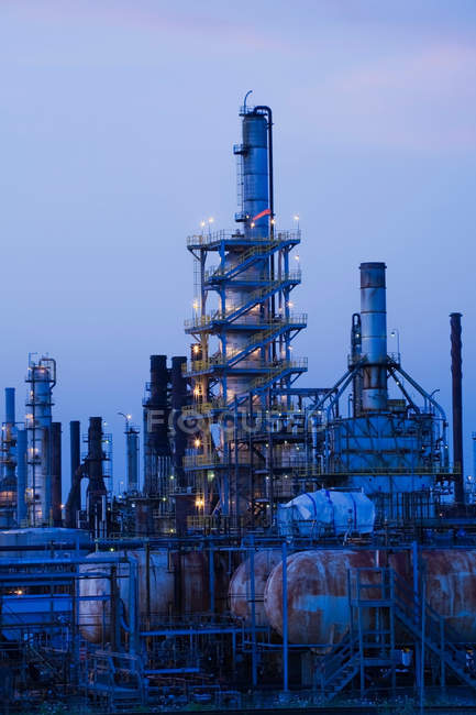 Oil and gas refinery at dusk — Stock Photo