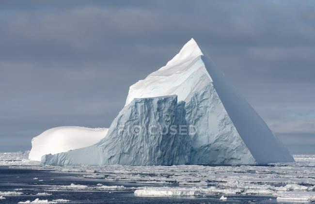 Iceberg en banquise dans l'océan Austral — Photo de stock