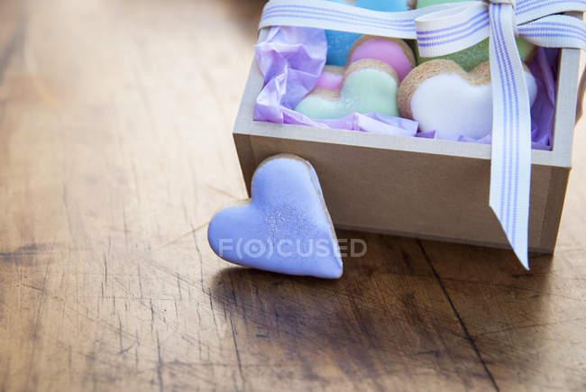 Натюрморт с коробкой сердца форменных печенья — стоковое фото