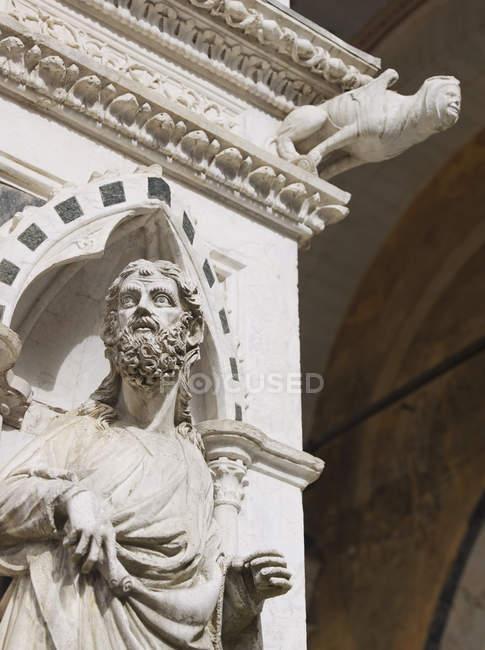 Statue d'un moine catholique près de la Piazza del Campo à Sienne, Toscane, Italie — Photo de stock