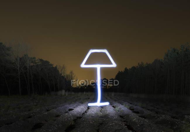 Paysage de terrain la nuit avec lumière — Photo de stock