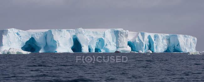 Iceberg dans l'océan Austral — Photo de stock