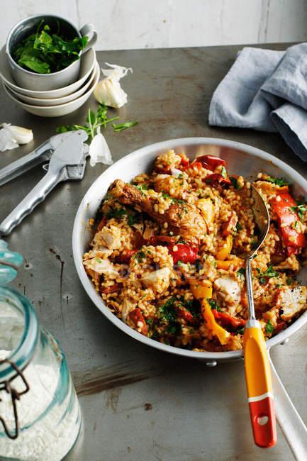 Piatto di pollo, riso e verdure con il cucchiaio — Foto stock