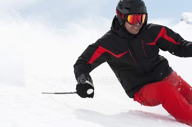 Средний взрослый человек, лыжи даунхилл, Обергургль, Австрия — стоковое фото