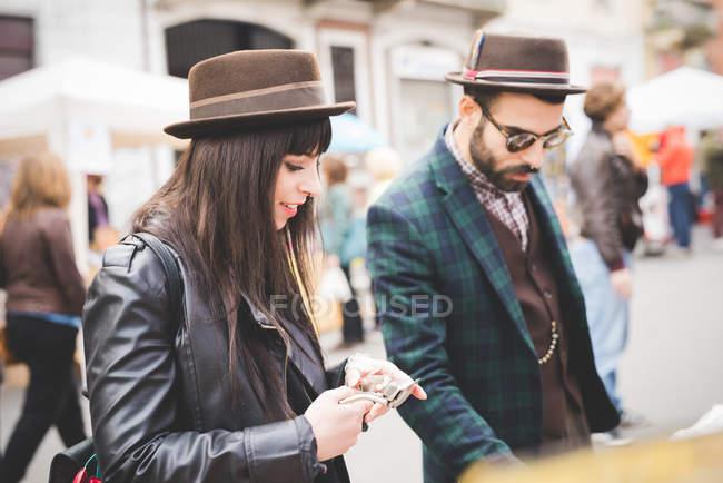 Молодая пара просматривает рынок — стоковое фото