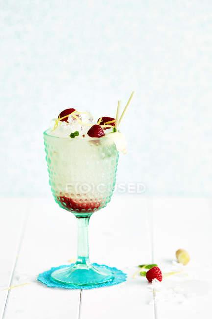 Alkoholfreier Cocktail im Glas mit Zitronenschale und Erdbeeren — Stockfoto