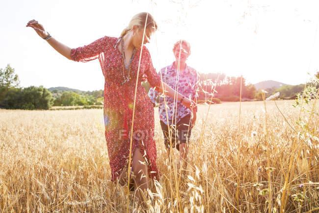 Jovem com namorado dançando no campo de trigo, Maiorca, Espanha — Fotografia de Stock
