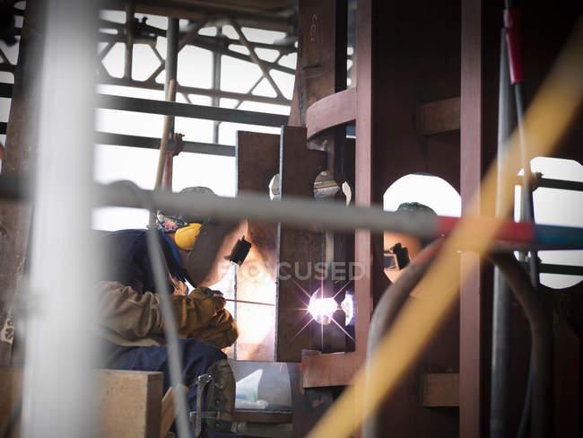 Зварювальники на роботу будівельного корабля — стокове фото