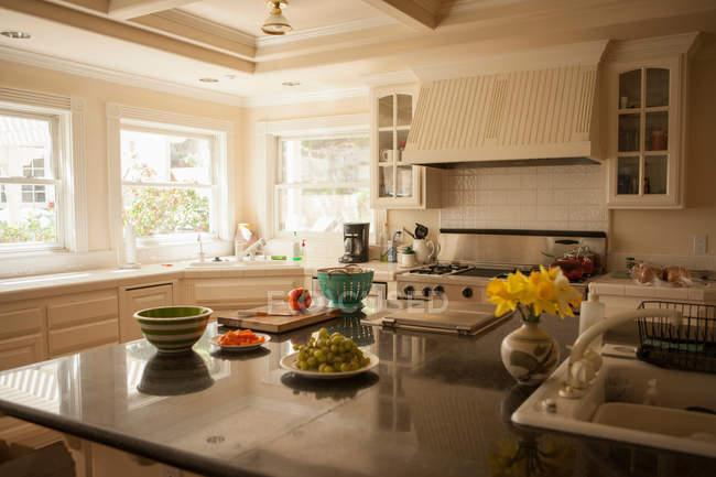 Interior de cozinha com uvas maduras no balcão da cozinha — Fotografia de Stock