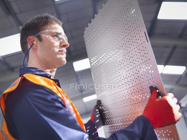Проверка рабочих деталей на заводе по производству листового металла — стоковое фото