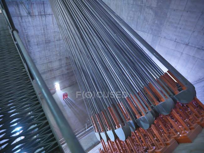 Ingenieros civiles inspeccionando el anclaje de cables en puente colgante, East Yorkshire, Reino Unido - foto de stock