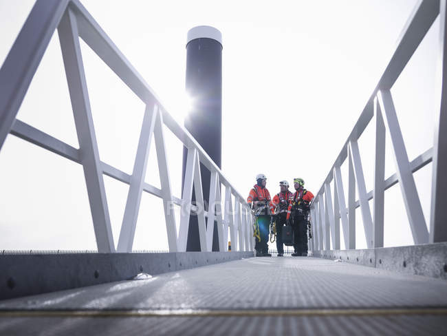 Offshore windfarm engineers in port on walkway — Stock Photo