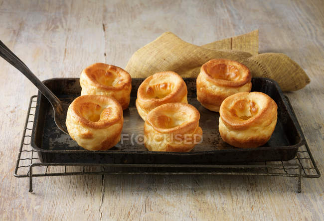 Yorkshire puddings sur plaque de cuisson — Photo de stock