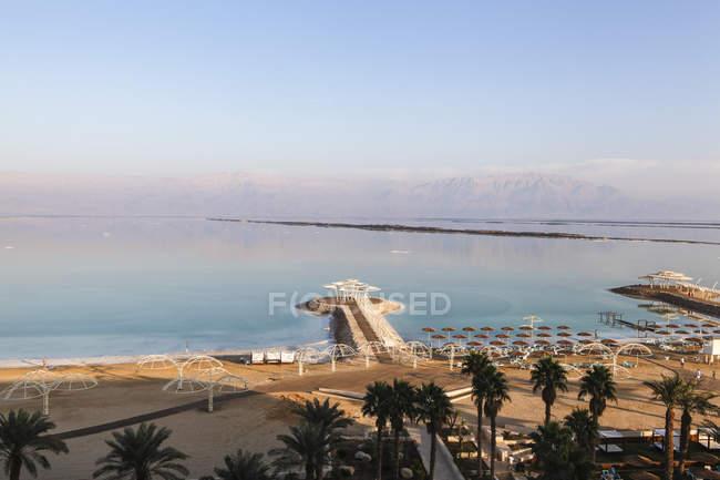 Spiaggia turistica sulla sponda del Mar morto, Israele — Foto stock