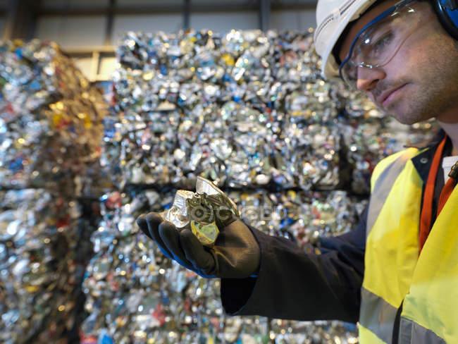Travailleur dans une usine de recyclage Holding peut — Photo de stock