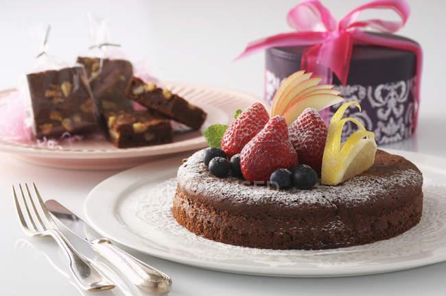Bolo decorado com fruta fresca servida em prato — Fotografia de Stock