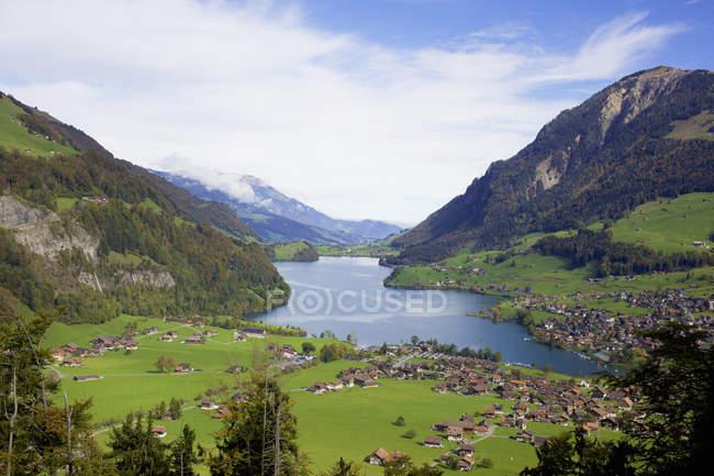 Distante vista das montanhas e do lago da aldeia, Suíça — Fotografia de Stock