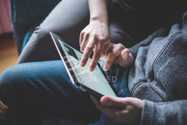 Coppia utilizzando tablet digitale, concentrarsi sulle mani — Foto stock