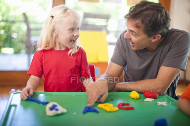 Maschio insegnante e ragazza apprendimento alfabeto a scuola materna — Foto stock