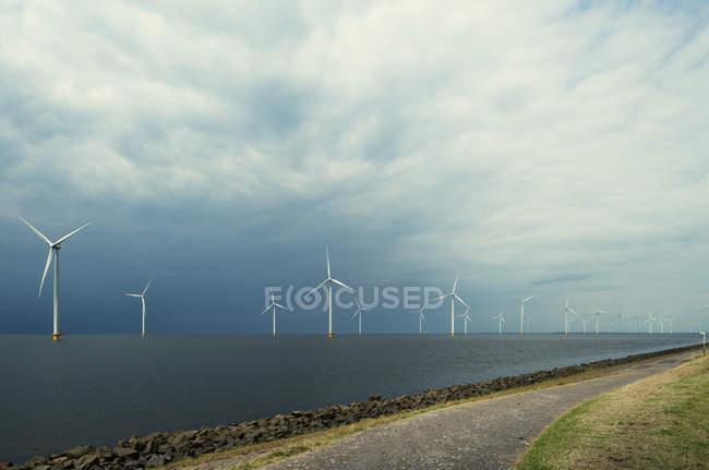 Parque eólico en alta mar, lago IJsselmeer, Espel, Flevopolder, Países Bajos - foto de stock
