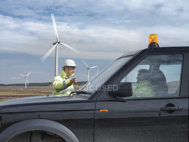 Windfarm engineers with truck on windfarm — Stock Photo