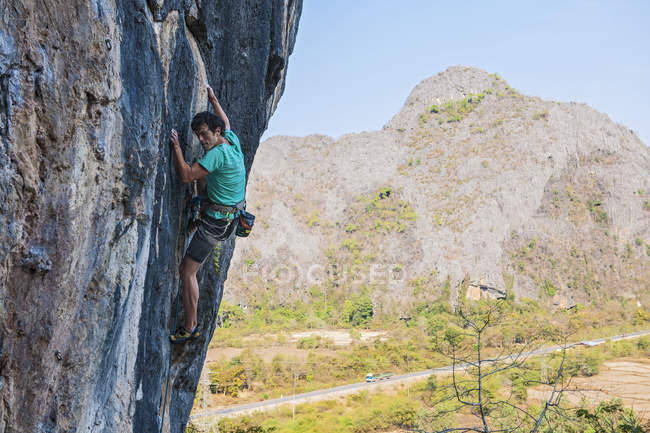 Rock climber climbing rock face, Thakhek, Laos — Stock Photo