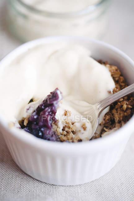Crumble с кремом и ягодный джем в ramekin — стоковое фото