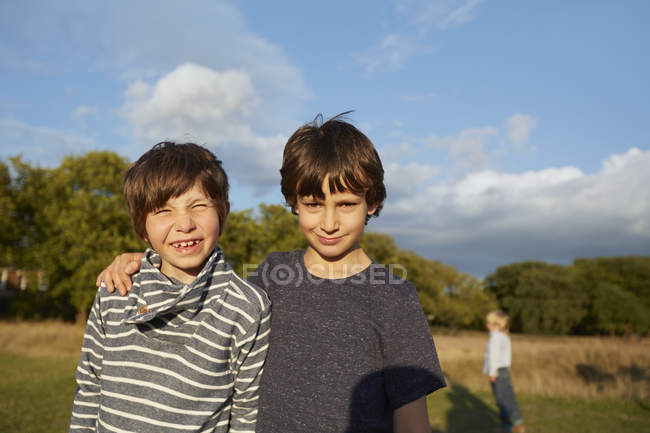 Two pre-adolescent boys looking in camera in park — Stock Photo